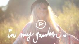 """""""In my Garden"""" Moodfilm + die besten Produkte für den messy Frühlings Haarlook"""